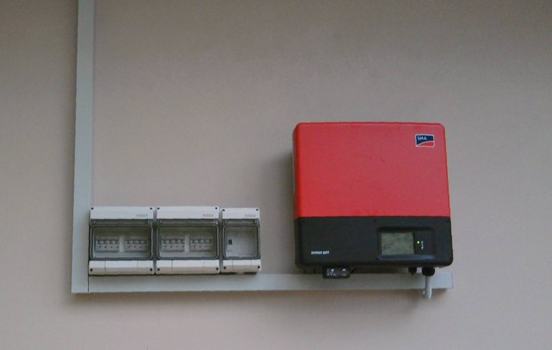 grid_feed_inverter_outdoors_horizontal_arrangement_2