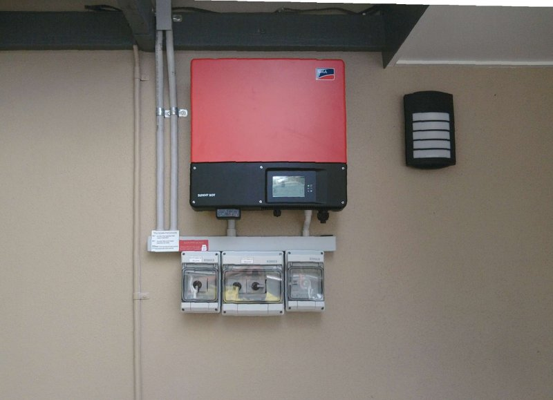 grid_feed_inverter_outdoors_vertical_arrangement_1